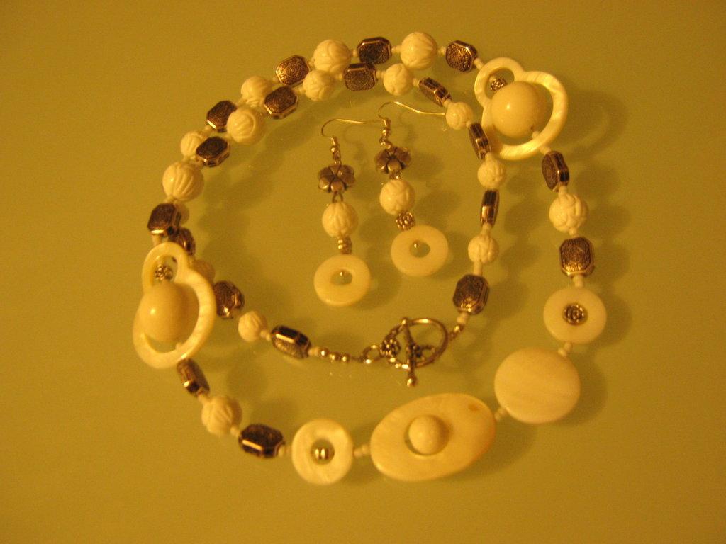 art  145 collana in agata bianca, perle round intarsiate, con orecchini ,argento tibetano anallergico
