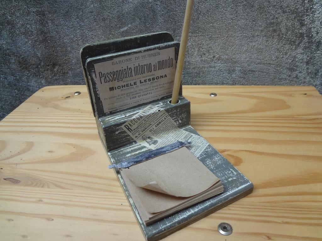 porta carte e segna appunti in decoupage con etichette vintage