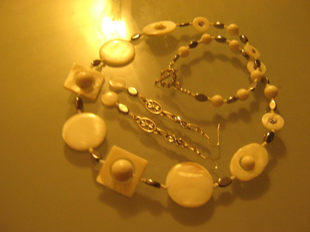 art 146 collana in agata bianca, perle round intarsiate, con orecchini ,argento tibetano anallergico