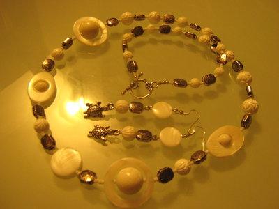art 147 collana in agata bianca, perle round intarsiate, madreperla,con orecchini ,argento tibetano anallergico