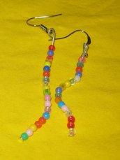 orecchini pendenti con perline colorate