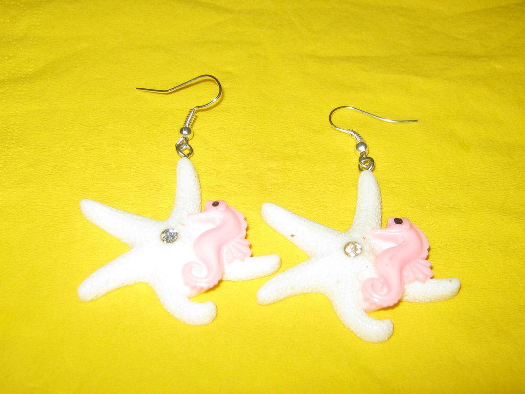 orecchini pendenti con ciondoli a stella marina e cavalluccio marino