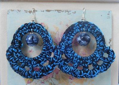 Orecchini uncinetto pendenti neri e blu con pietre sfaccettate