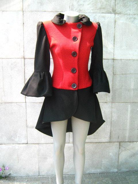 Le donne non convenzionale cappotto nero e rosso