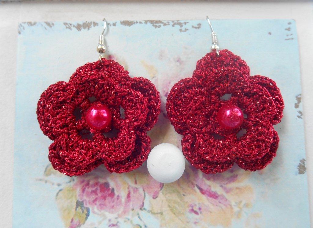 Orecchini uncinetto con fiori rossi glitter