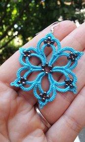 Orecchini a fiorellino, con piccole perline colorate, realizzati a mano con la tecnica del chiacchierino