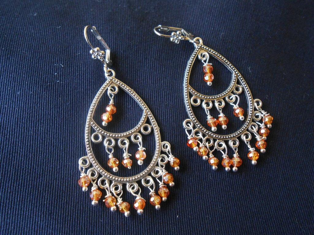 Orecchini chandelier con cristalli arancio.
