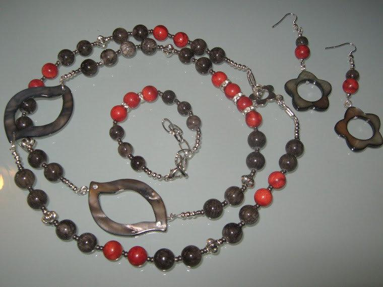 art 129 collana in corallo spugna rosso,e giada grigia, e madreperla,perle round,con orecchini,e bracciale conargento tibetano anallergico