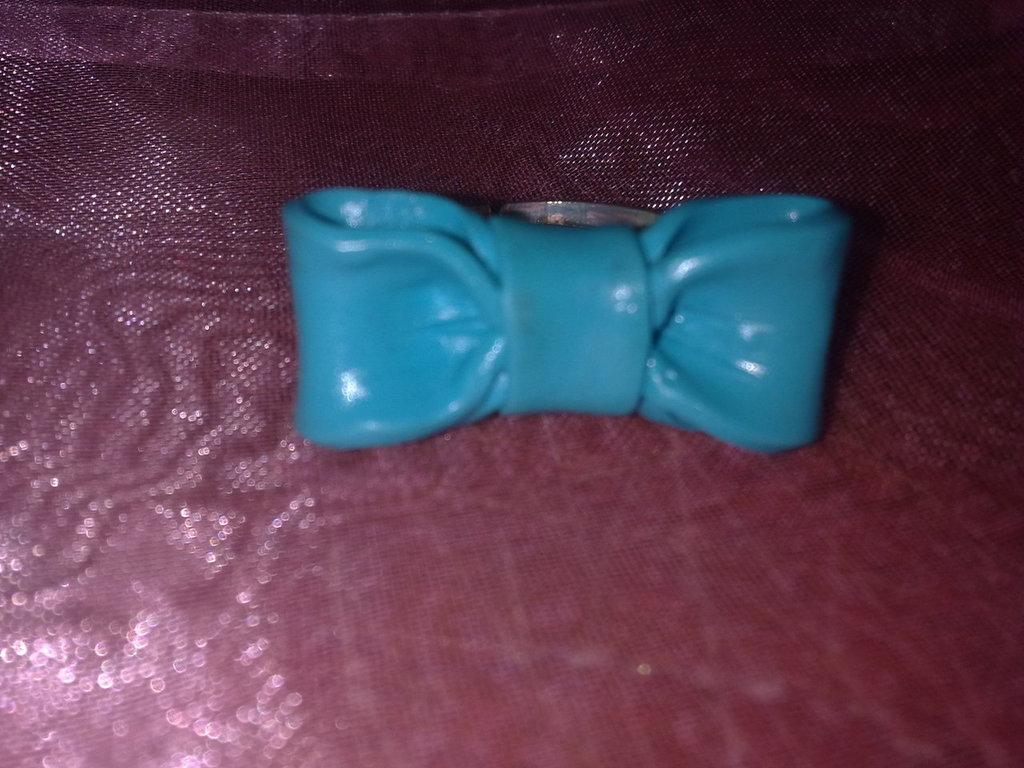 Anello con fiocchetto azzurro in fimo