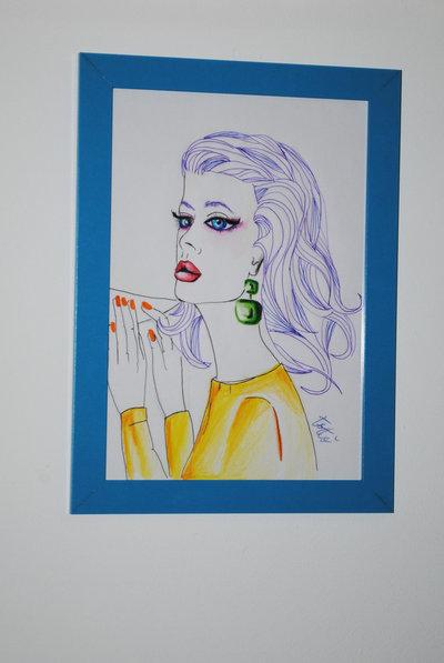 Disegno donna glamour incorniciato con cornice in legno cyano