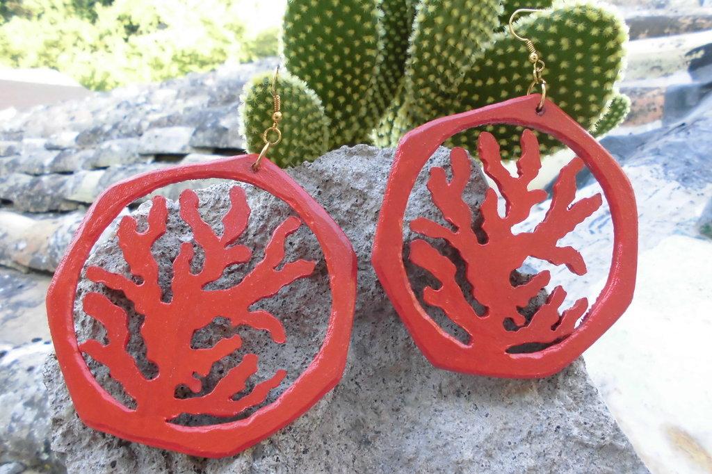 """orecchini """"coral magic"""" in legno realizzati con traforo a mano"""
