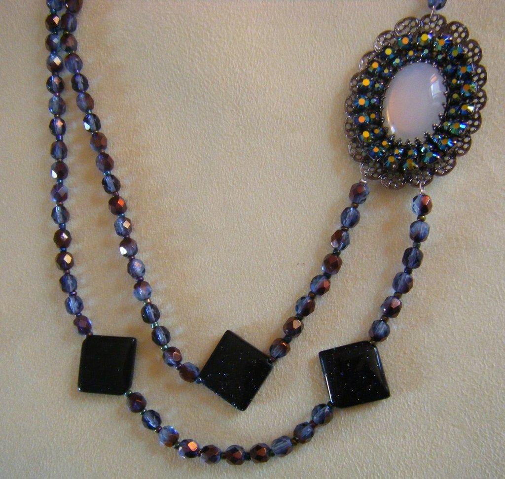 collana lunga a 2 giri con mezzo cristallo,pietre dure  ,pietra della luna, e bellissimo centrale