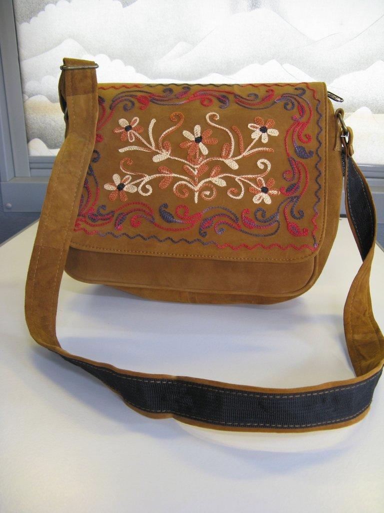 Ricamo su borsa in pelle di pecora