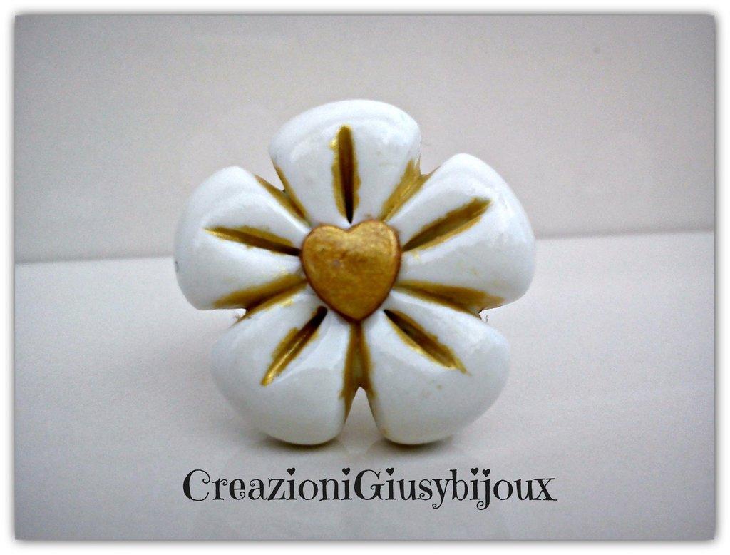 Romantico anello fiore bianco con cuore oro in fimo (polymer clay) handmade