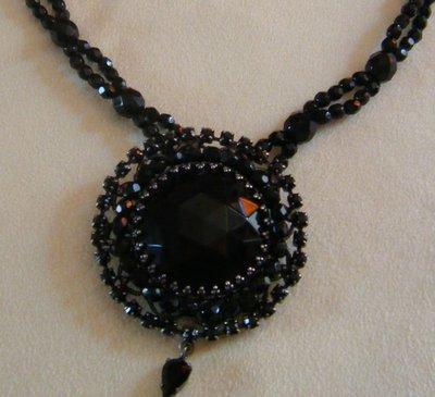collana con mezzo cristallo nero e ciondolo