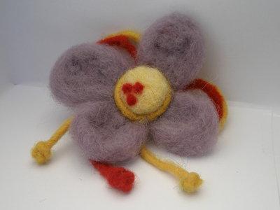 Spilla con fiore viola in lana cardata