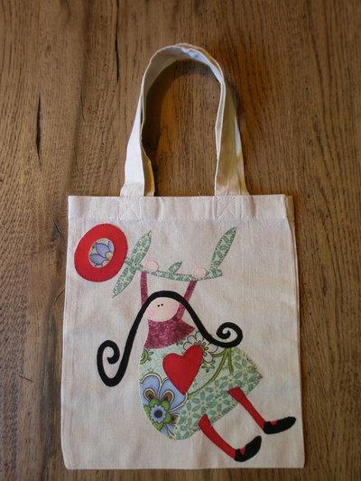 """""""Fiore in volo"""" borsa piccola decupatchwork con bambolina appesa ad un fiore"""