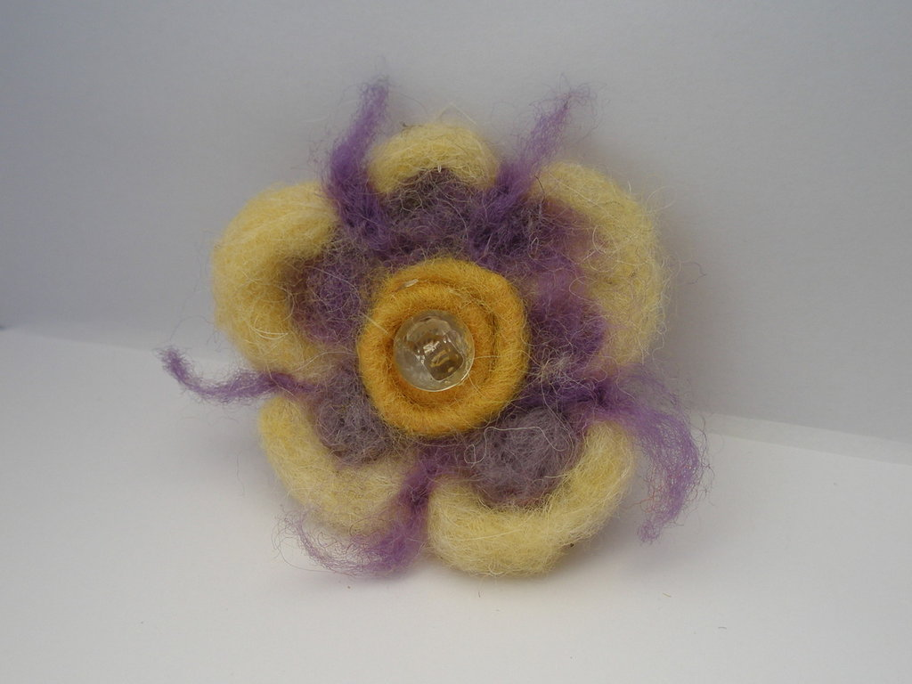 Spilla con fiore giallo e  viola in lana cardata