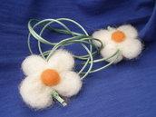 Collana con fiori  bianchi in lana cardata e coda di topo