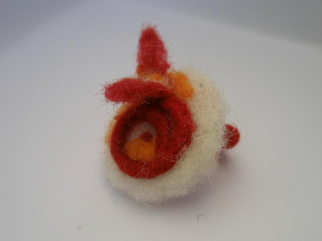 Anello rotondo bianco in  lana cardata: airone rosso.
