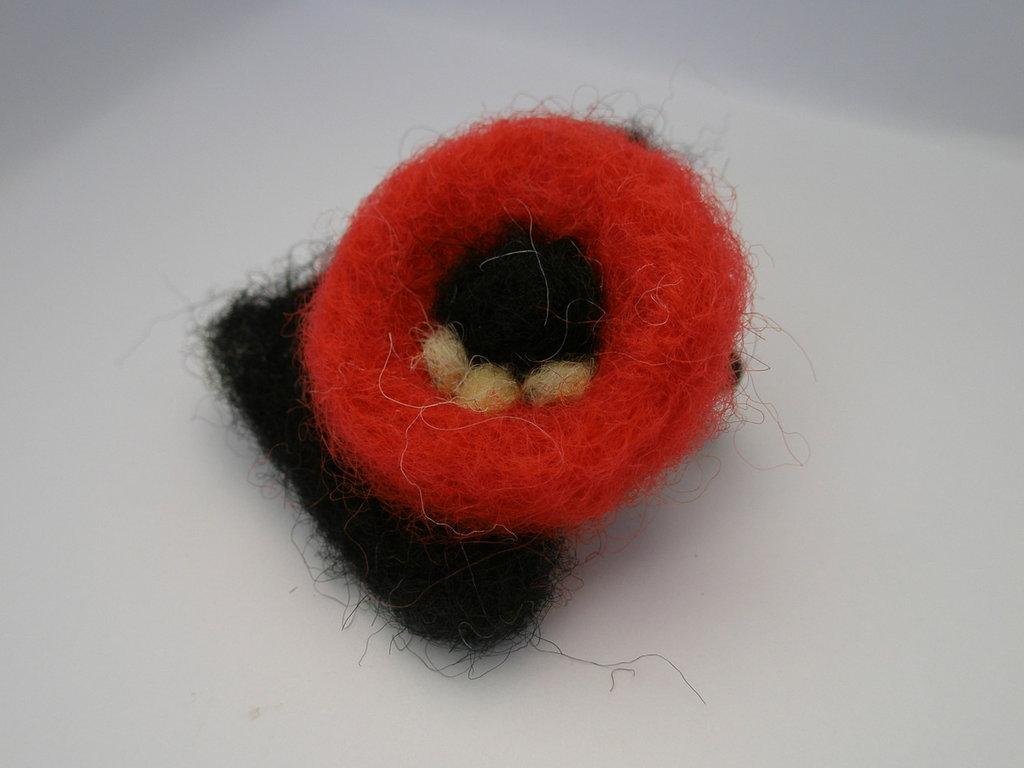 Anello geometrico rosso e  nero in lana cardata
