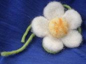 Spilla margherita in lana cardata