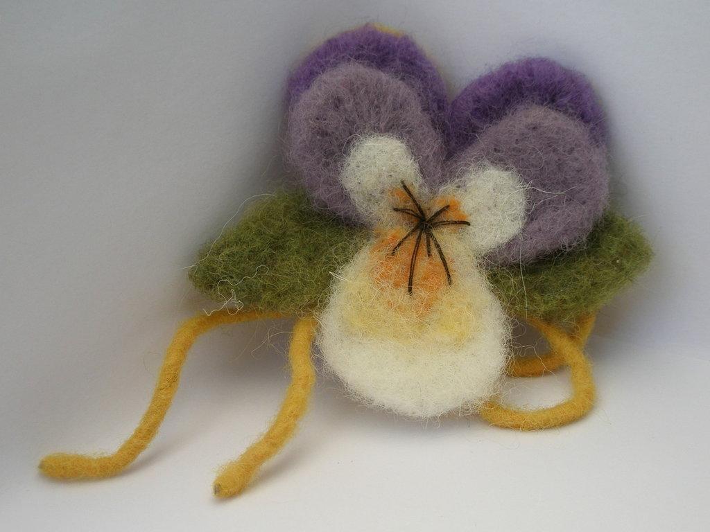 Spilla viola in lana cardata