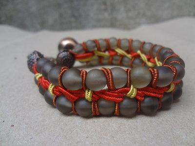 bracciale perle satinate in vetro con soutache e ciondolo