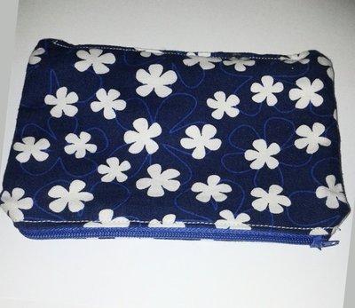 Astuccio in stoffa blu e fiori bianchi