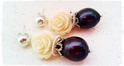 Orecchini perle black e rosa bianca