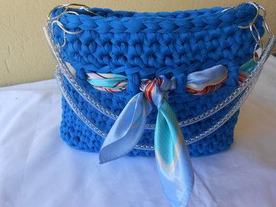 Borsa fatta a mano  in fettuccia turchese con foulard, in regalo portachiavi a forma di borsettina.