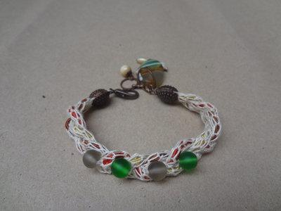 braccialettino in cotone con perline in vetro e ciondolo in pietra agata