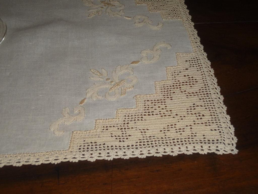 prezioso coprivassoio  in bisso di cotone ecru con angoli ad uncinetto e ricamo a punto ombra