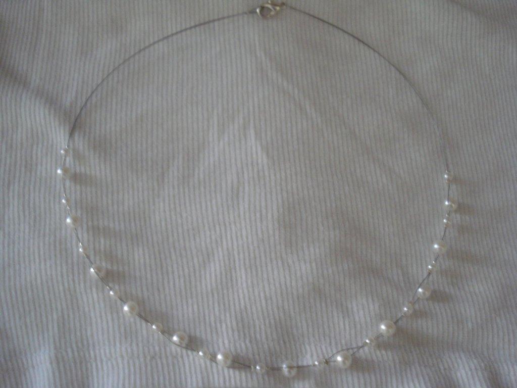 Collana cavetto d'acciaio con perle bianche