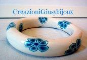 bracciale rigido bianco con murrine millefiori petali blu in fimo handmade