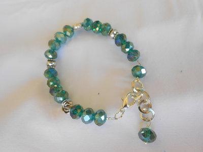 Bracciale con cristalli verdi.