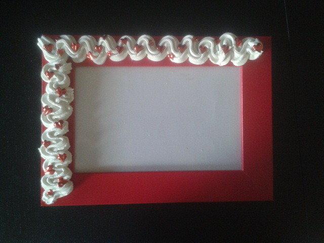 Cornice rossa con decorazione