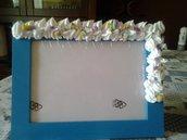 Cornice azzurra decorata con pasta fimo