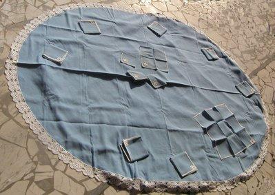 Pregiata tovaglia ovale da 8 persone in lino azzurro con bordo realizzato a mano all'uncinetto