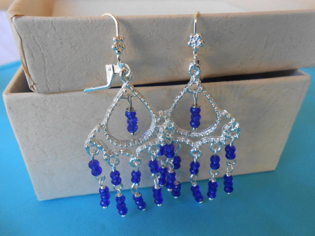 Orecchini chandelier con cristalli bluette.