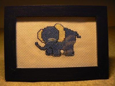 Quadro con elefantino a punto croce.
