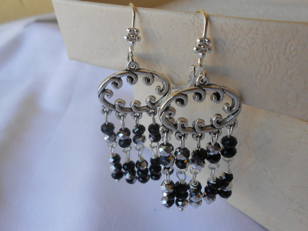 Orecchini pendenti  con componenti in metallo e   cristalli neri idea regalo.