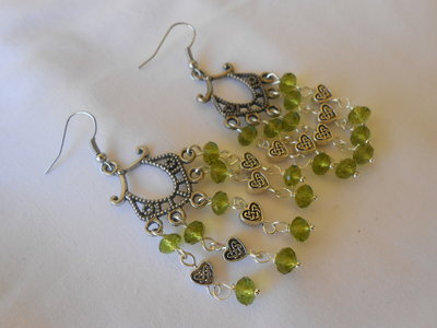 Orecchini  chandelier con cristalli verdi.