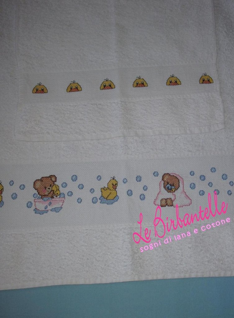 Coppia di asciugamani ricamati a mano a punto croce