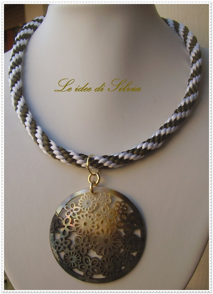 Collana con cordone di seta e madreperla incisa