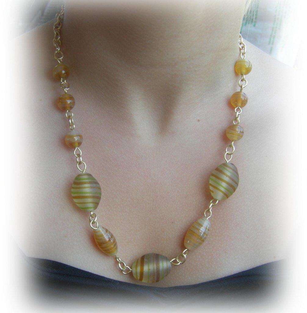 collana color ambra in perle di vetro e catena dorata