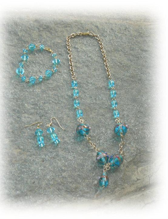 collana, bracciale e orecchini in perle di vetro azzurre con ciondolo cuore