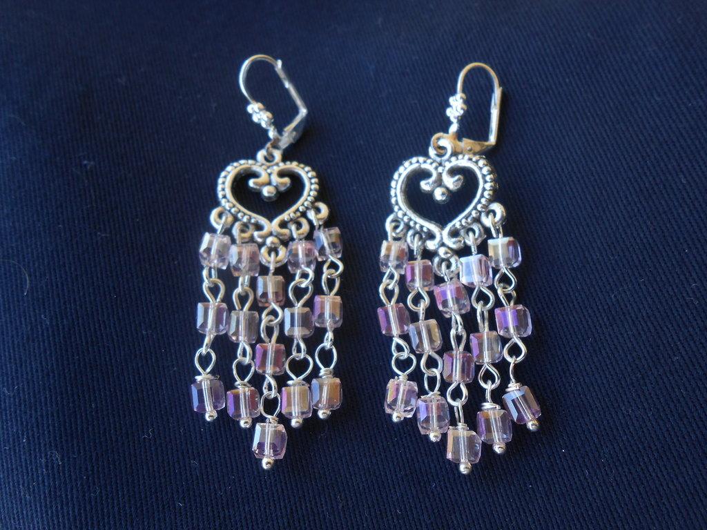 Orecchini chandelier con cristalli rosa.