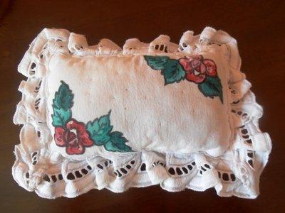Cuscinetto puntaspilli con rose dipinte