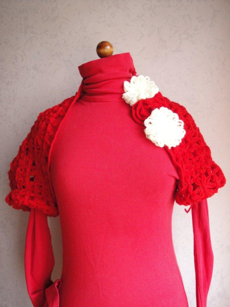 Coprispalle in lana rossa con applicazioni